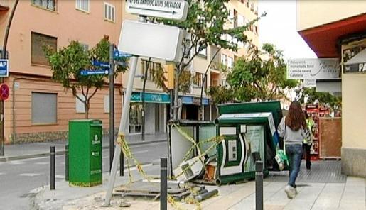 Además de los daños en el quiosco también resultó dañada la acera y la señalización de las calles de esta esquina de la avenida de España.