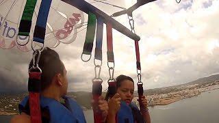 """Un momento de la grabación que recoge los dos turistas disfrutando de la actividad recreativa conocida como """"parasailing""""."""