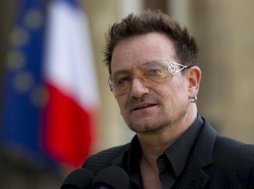 El cantante de la banda irlandesa de rock U2, Bono.