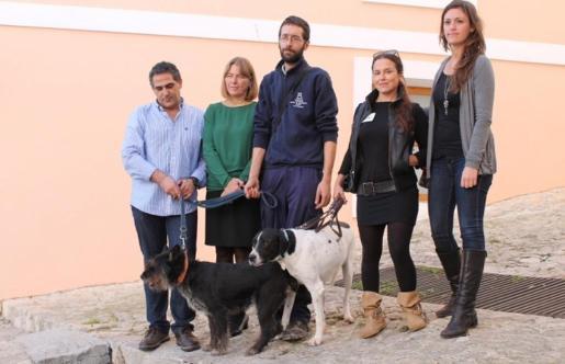 Buba y Toy, dos de los perros que participarán en el proyecto 'Ayudandog', junto a la alcaldesa de Vila, Virginia Marí.