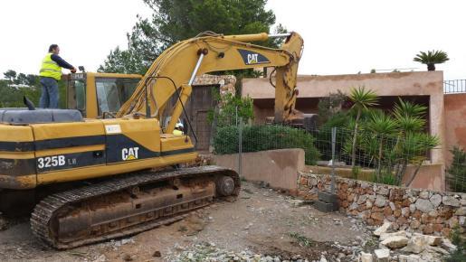 Esta retroexcavadora se encarga de realizar los trabajos de demolición.