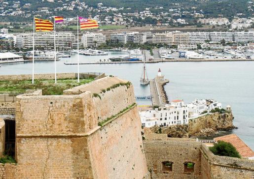 La actual bandera española fue sustituida por la republicana en el baluarte de Santa Tecla.