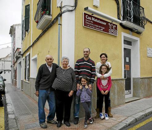 Nando Pons posa con sus padres, su mujer y sus hijas.