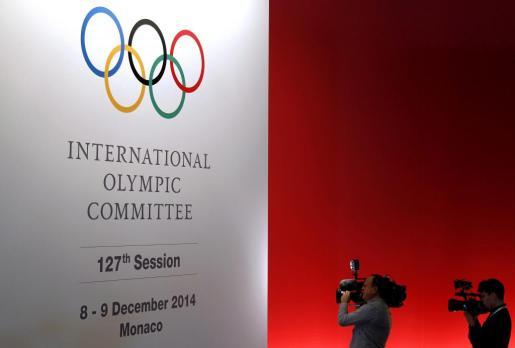 Dos cámaras graban frente a un cartel que anuncia la 127 Sesión del COI, en Mónaco, hoy, lunes 8 de diciembre de 2014.