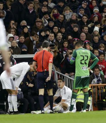 El centrocampista colombiano del Real Madrid James Rodríguez en el suelo tras lesionarse durante el partido correspondiente a la decimocuarta jornada de Liga que disputó frente al Celta.