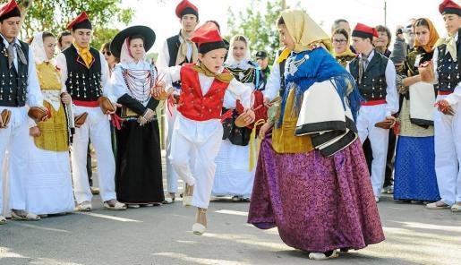 El 'ball pagès' brilló en el día grande de las fiestas de Forada y los más jóvenes tambien fueron protagonistas.