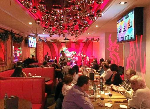 Imagen de archivo. El local de Vara de Rey albergará una gran cena de Nochevieja con posterior cotillón y fiesta para dar la bienvenida al 2015.