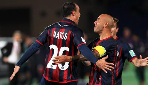 Mauro Matos de San Lorenzo celebra su gol ante Auckland City FC con su compañero Juan Mercier durante la semifinal de la Copa Mundial de Clubes FIFA en Marrakech.