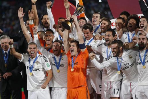 El portero y capitán del Real Madrid, Iker Casillas (c), levanta el trofeo de campeones del Mundial de Clubes.
