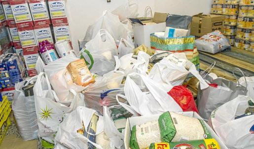 Multitud de lotes de comida como estos se clasifican y posteriormente se empaquetan en la tienda que tiene Cáritas en Vila. g Foto: TONI ESCOBAR