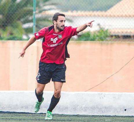 Ander Gabilondo celebra uno de los cinco tantos que ha conseguido con el Formentera.