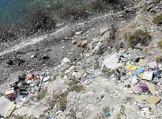 Cada cierto tiempo el Ayuntamiento de Vila organiza una limpieza del acantilado con la que logra recoger varias toneladas de basura. Sin embargo, a los pocos días todo vuelve a la normalidad.