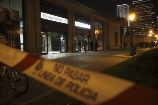 La estación de Nuevos Ministerios de Madrid, en el Paseo de la Castellana, cerrada a causa de una falsa alarma de bomba originada por una caja de zapatos colocada encima de una papelera.