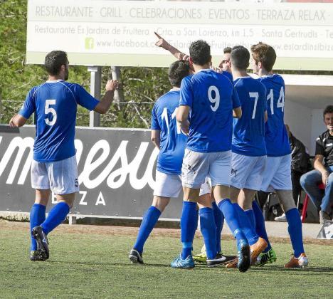 Los jugadores del San Rafael celebran un gol de Salas.