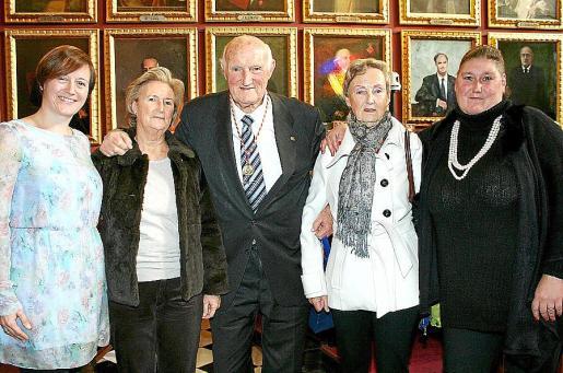 Aina Ferriol, Carmen Mora, Martín Mora, Magdalena Mora y la hija del homenajeado, Carmen Mora García.