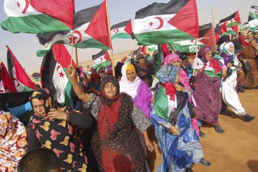 Las mujeres saharauis se concentran ante la base de ACNUR en Rabuni, capital administrativa de los campamentos de refugiados saharauis en el desierto argelino para expresar su cercanía y solidaridad con las madres de tres cooperantes secuestrados en los campamentos de refugiados, dos españoles y una italiana, a los que consideran sus propios hijos.