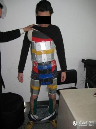 Detenido por intentar pasar de contrabando 94 iPhones pegados a su cuerpo en China.
