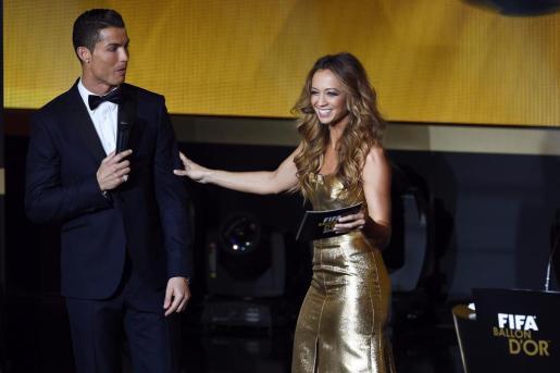 WB107. ZÚRICH (SUIZA), 12/01/2015.- El portugués Cristiano Ronaldo y la presentadora Kate Abdo participan en la gala de la FIFA que se celebra hoy en Zúrich, Suiza, el 12 de enero del 2015. EFE/Ennio Leanza Gala del Balón de Oro de la FIFA