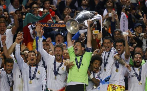 El capitán del Real Madrid, Iker Casillas, levanta la décima copa de la Liga de Campoenos del conjunto blanco después de superar al Atlético de Madrid en la final.