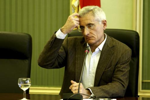 El exconseller insular de Territorio Bartomeu Vicens durante su comparecencia en la comisión de investigación de Son Espases en el Parlament.