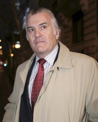 Fotografía de archivo del extesorero del PP, Luis Bárcenas, a la salida de su domicilio.