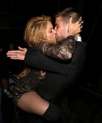 La cantante Shakira besa a su pareja, el fubolista Gerard Piqué, con el que espera su segundo hijo.