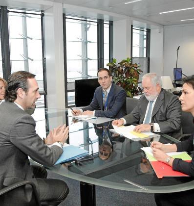 El presidente del Govern, José Ramón Bauzá, en la sede de la Comisión Europea con el comisario Miguel Arias Cañete.