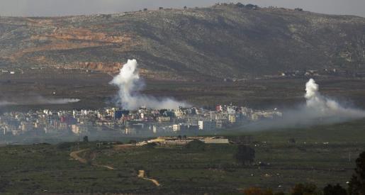 Una columna de humo emerge cerca de la localidad de Ghajar, en la frontera libano-israelí, durante un enfrentamiento entre el Ejército israelí y Hizbulá cerca de la zona de Har Dov, en la frontera entre Israel y el Líbano este miércoles 28 de enero de 2015. Fuerzas israelíes lanzaron hoy varios cohetes contra el sur del Líbano en una nueva escalada de violencia en la zona, tras los ataques de los últimos días en los altos del Golán.