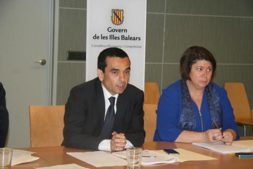 El conseller de Economia i Competitivitat, Joaquín García, y la directora general de Comerç i Empresa, Lourdes Cardona, han presidido la Comisión del Juego.