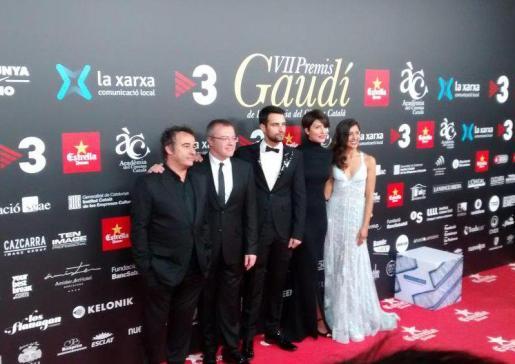 El equipo de 'El niño' a su llegada a los Premis Gaudí.