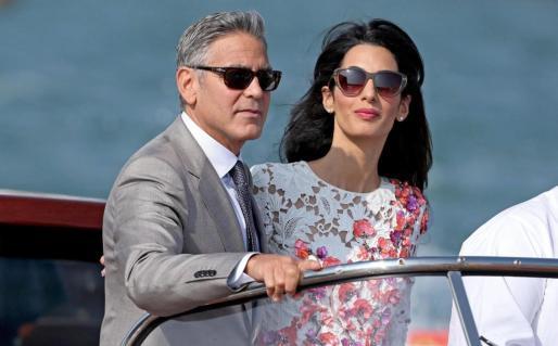 George Clooney y Amal Alamuddin disfrutando de un paseo por los canales de Venecia.