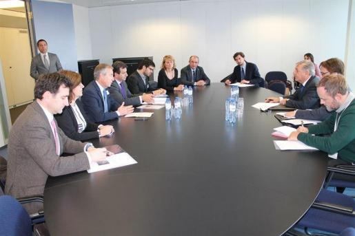 Transcurso de la reunión mantenida en Bruselas entre el comisario europeo y la delegación balear. Foto: CAIB