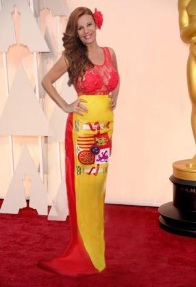 Sonia Monroy, con su modelito en la alfombra roja de los Oscar un día antes de que se entregarán los galardones.