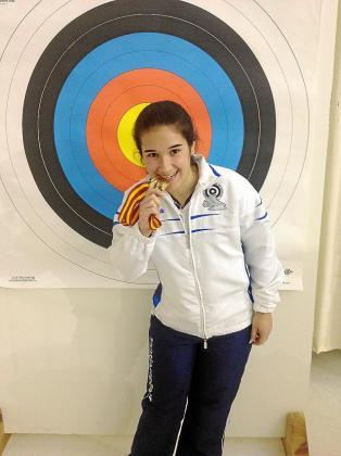 Miriam Alarcón muerde la medalla de campeona de España absoluta.