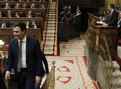 El líder del PSOE, Pedro Sánchez, sonríe mientras escucha la intervención del portavoz del PP Rafael Hernando en la segunda jornada del debate del estado de la nación.