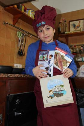 Mario Rubio sostiene en su cocina los libros que le regaló la alcaldesa de Vila.