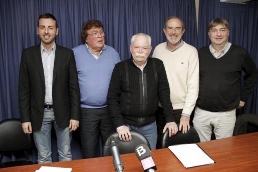 El director general de Esports del Govern, Javier Morente; el presidente de la FFIB, Miquel Bestard; el presidente de la FBIB, Jaume Estarellas; Antoni Diéguez, representante del PSIB, y Joan Verger, de MÉS per Mallorca.