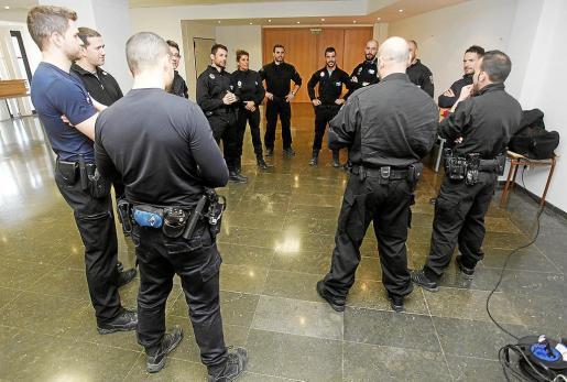 Algunos agentes, durante una de las sesiones formativas llevadas a cabo en el Centro Cultural de Puig d'en Valls.