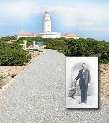 El faro de Sa Conillera situado en el archipiélago del mismo nombre, marca junto al de San Antonio de Alicante, el paso entre la Península y Eivissa.