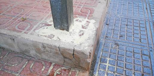 Restos de una substancia amarilla, posiblemente azufre, localizados en la calle Formentera.