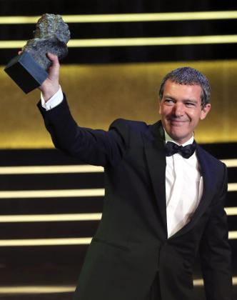 El actor Antonio Banderas recibe el Goya de Honor durante la gala de los premios Goya 2015.