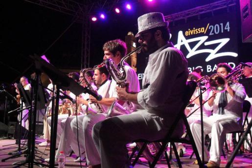 IBIZA - La Eivissa Jazz Big Band abrió el jueves el festival de música en el baluarte de Santa Llúcia