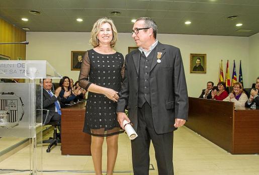 La alcaldesa de Sant Josep, Neus Marí junto al ceramista, Antoni Ribas Costa 'Toniet'. Foto: TONI ESCOBAR