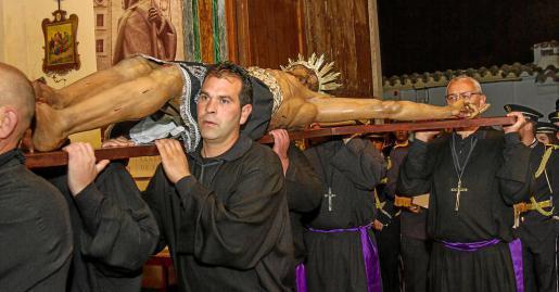 Los cofrades del Santísimo Cristo del Cementerio llevaron la imagen desde el Ayuntamiento hasta la iglesia de Santo Domingo. Foto: TONI ESCOBAR