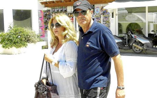 Julián Muñoz y su novia, en Eivissa.