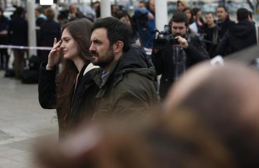 Familiares y amigos, llegando con los ojos llorosos a la sala de atención a las víctimas de la terminal T-2 en el aeropuerto de El Prat, protagonistas de unas escenas de tensión lógicas por el drama que ha supuesto el accidente de avión que viajaba de Barcelona a Dusserlorf (Alemanía), con 142 pasajeros entre ellos 45 españoles y 6 tripulantes.