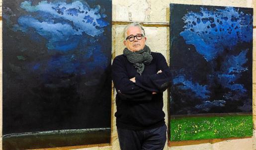 Sergio Sáez junto a algunas de sus características obras, que se pueden contemplar en colecciones permanentes de museos de Durango o Zarautz, o en colecciones privadas de buena parte de Europa.