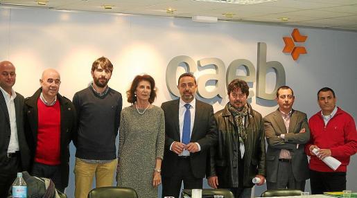 En el centro, Carmen Planas junto a Jesús Salas, presidente de AESBA, tras la asamblea celebrada este miércoles.