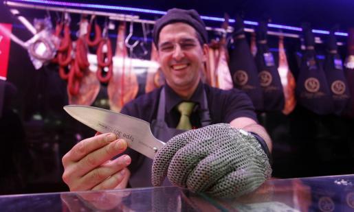Este carnicero abrió un puesto en el Mercat Nou hace cinco años.