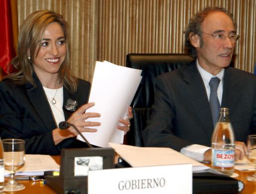 La ministra de Defensa Carme Chacón, acompañada por Ciprià Císcar, presidente de la comisión de Defensa, momentos antes de su comparecencia en el Congreso para informar sobre las misiones españolas en el exterior.